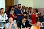 Hradecký primátor Otakar Divíšek zůstává ve funkci. Návrh na jeho odvolání nikdo z opozičních zastupitelů přes bouřlivou atmosféru nevznesl.