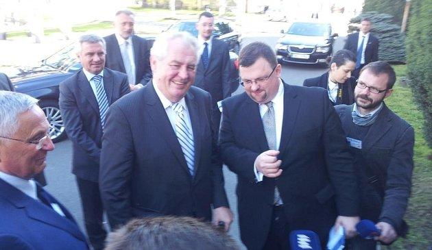 Prezident Zeman začal druhý den své návštěvy návštěvou hradeckého Petrofu.