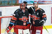 Spokojené opory hokejistů Mountfieldu HK - zleva brankář Marek Mazanec a obránce Richard Nedomlel.