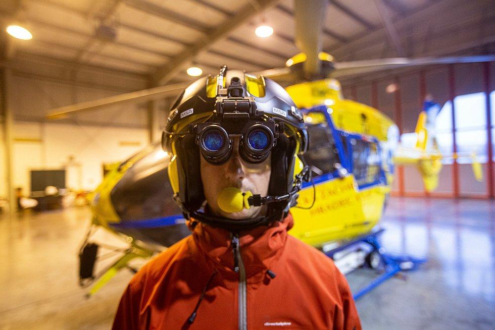 Letecká záchranná služba začla od nového roku i provoz v nočním režimu. Záchranáři a piloti tak pro noční létání používají brýle pro noční vidění.