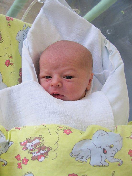 ADÁMEK KRUTSKÝ se narodil 24. března v 6.18 hodin. Po narození vážil 3320 g a měřil 48 cm. Nejvíce svým příchodem na svět potěšil své rodiče Janu Blümlovou a Jana Krutského z Hradce Králové.