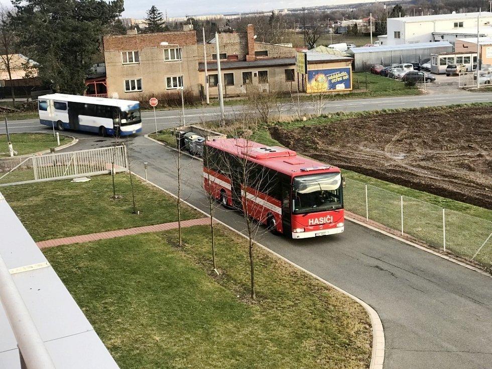Příjezd evakuačního autobusu.