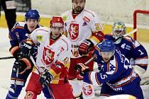 Hokejista Václav Čížek (vzadu ve světlém) v duelu proti Litoměřicím.
