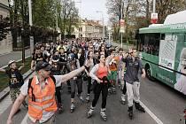 Hradec na bruslích - inline bruslaři v ulicích krajského města.