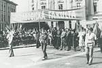 Prvomájový průvod na Leninově náměstí.