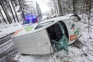 Hasiči včera vyjížděli ke 48 případům souvisejících se sněhovou nadílkou. Foto: HZS KHK