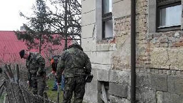 Propuštěný vrah se vloupal na poštu. Po zasahujících policistech pak začal střílet.