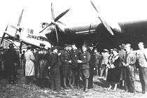 Dopravní letoun Junkers G 38 přistál v říjnu 1930 na kbelském letišti. Přišli se podívat i letci z Leteckého pluku 4.