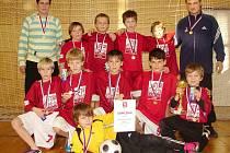 BEZ ZTRÁTY KYTIČKY. Chlumečtí mladší žáci získali v Předměřicích právem titul halového okresního přeborníka.