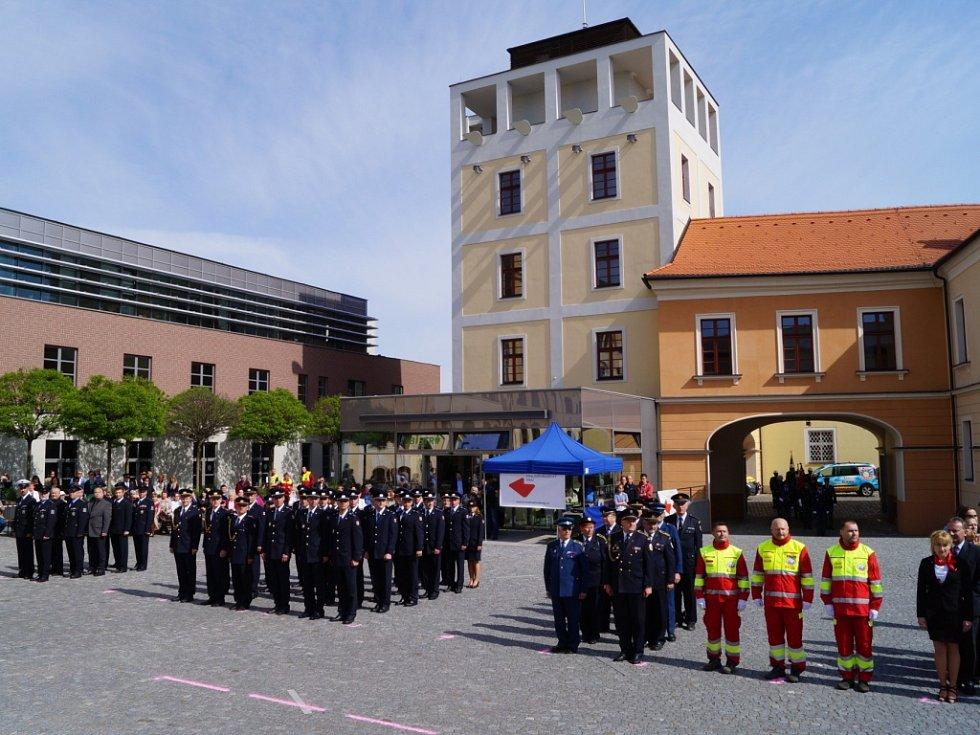 Slavnostní shromáždění hasičů na Pivovarském náměstí v Hradci Králové.