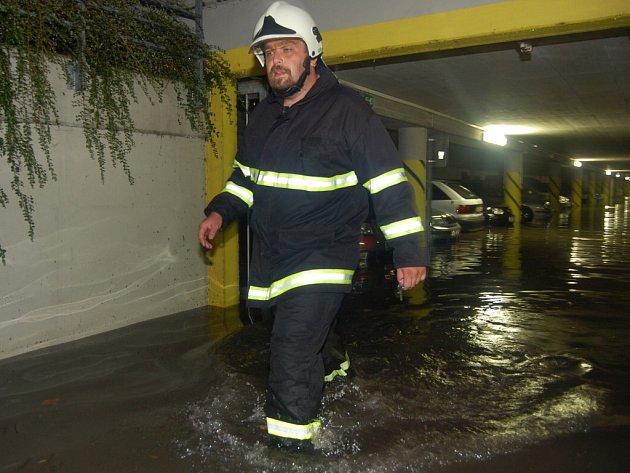 Zaplavené garáže v Jungmannově ulici v HK
