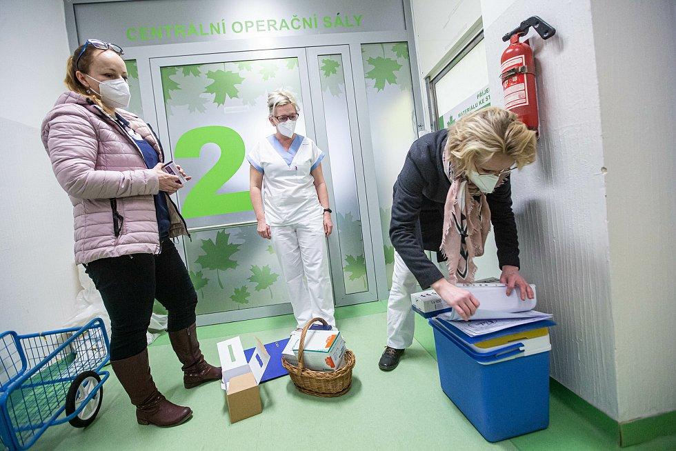 V Krajských nemocnicích v Královéhradeckém kraji začla vakcinace na COVID-19. Do náchodské nemocnice dorazila očkovací látka dnes a hned byla využita.