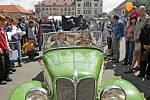 Tradiční sraz veteránů  přilákal na náměstí v Novém Bydžově stovky zvědavců, kteří lačně pokukovali po vozech.