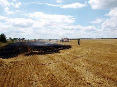 Požár strniště na poli u obce Nepolisy.na silnici z Chlumce nad Cidlinou ve směru na obec Nepolisy.