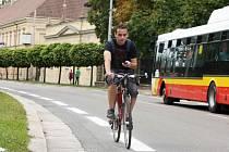 Cyklisté využívají své pruhy ve městě.
