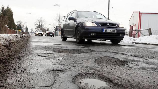 Některé silnice jsou už teď děravé jako ementál, a to kalendářní zima sotva začala. Silničáři už musely zahájit opravy.
