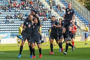 RADOST. Hradečtí fotbalisté porazili Zlín. Vedoucí branku vstřelil Pavel Dvořák (vlevo).