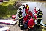 Ošetřování vážně zraněného motorkáře po nehodě v Černožicích.