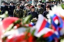 Věnce opět po roce zasypaly úpatí sochy Tomáše Garigue Masaryka v centru Hradce Králové. Vojáci, hasiči a strážníci rozdávali vyznamenání.