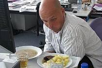 Zdeněk Pohlreich při hodnocení jídla závodní kuchyně při on-line rozhovoru v Hradeckém deníku.