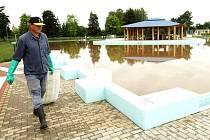 KOUPALIŠTĚ zaplavila v roce 2013 velká voda. Tomu chce město do budoucna zabránit.