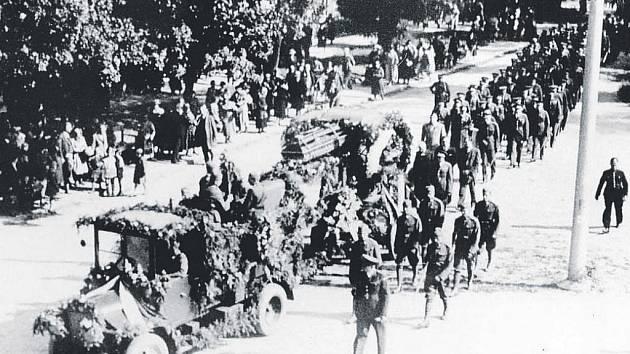 Rozloučení s tragicky zahynulým pilotem se konalo v Hradci Králové, ovšem pohřeb (na snímku) zažila Praha.