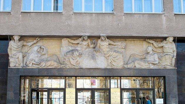 Reliéf smotivem cestování a železnice na stavbě na hradeckém Ulrichově náměstí.