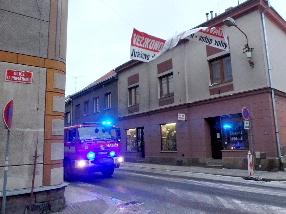 Utržený reklamní poutač v Novém Bydžově.