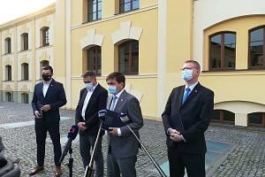 Lídři čtyř politických uskupení, které utvoří novou vládu v Královéhradeckém kraji.