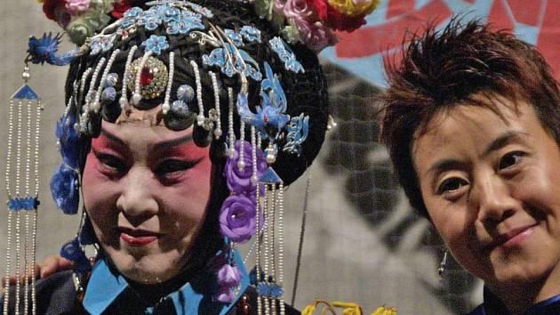 FENG YUN SONG (na snímku vpravo) šíří slávu čínského umění v Čechách Dáma s dokonalou češtinou byla hostem hradeckého publika už vloni.