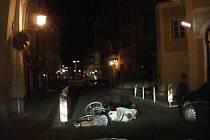 Pád dvojice cyklistů z jízdního kola v královéhradecké ulici V Kopečku.