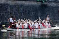 Závody dračích lodí na řece Labe v Hradci Králové.