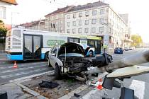 Havárie osobního automobilu na křižovatce ulic Gočárova a Střelecká v Hradci Králové.