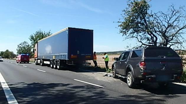 Dopravní nehoda osobního a nákladního automobilu u Holohlav.