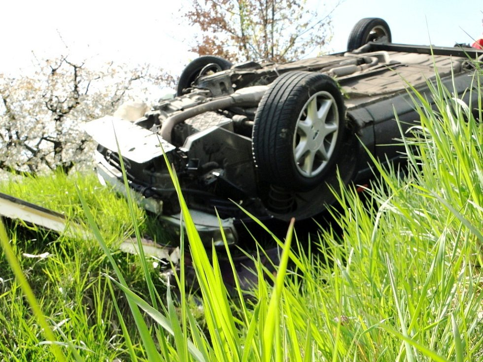 Dopravní nehoda dvou osobních automobilů na silnici mezi obcemi Libčany a Těchlovice.