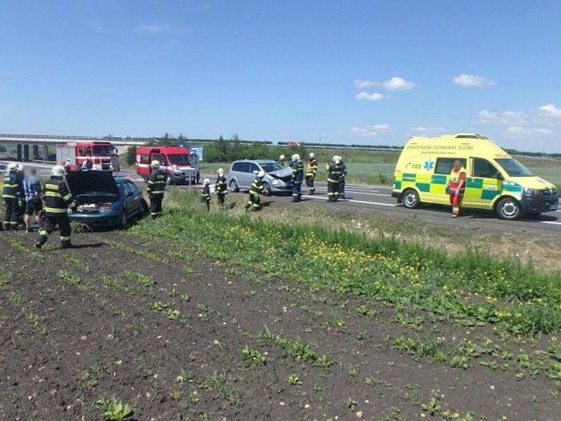 Dopravní nehoda osobního automobilu a motocyklu uChlumce nad Cidlinou.