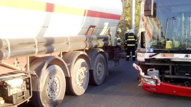 Dopravní nehoda trolejbusu a cisterny v Holické ulici v Hradci Králové.