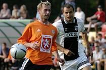 Na snímku zleva Michal Lesák a Vratislav Lokvenc na vzpomínkovém ukání na hradeckého fotbalistu Karla Urbánka.