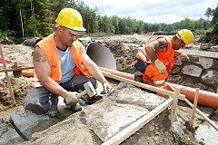 Po letech dohadů se stavební stroje zakously do prostranství před lesním hřbitovem v Malšovicích, kde vznikne parkoviště. Pomůže vyřešit neudržitelnou situaci, kdy auta parkovala všude v okolí. 7.června 2010.