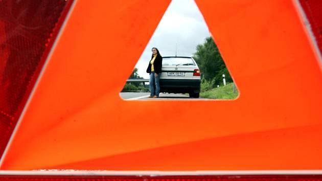 test Deníku. Řidičce s rozbitým vozem už dnes nikdo nepomůže.
