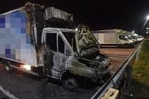 Noční požár v Chlumci poničil dvě dodávky