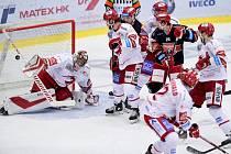 Hokejová extraliga: Mountfield HK - HC Oceláři Třinec. Brankář Třince Jakub Štěpánek (vlevo) dostává gól.