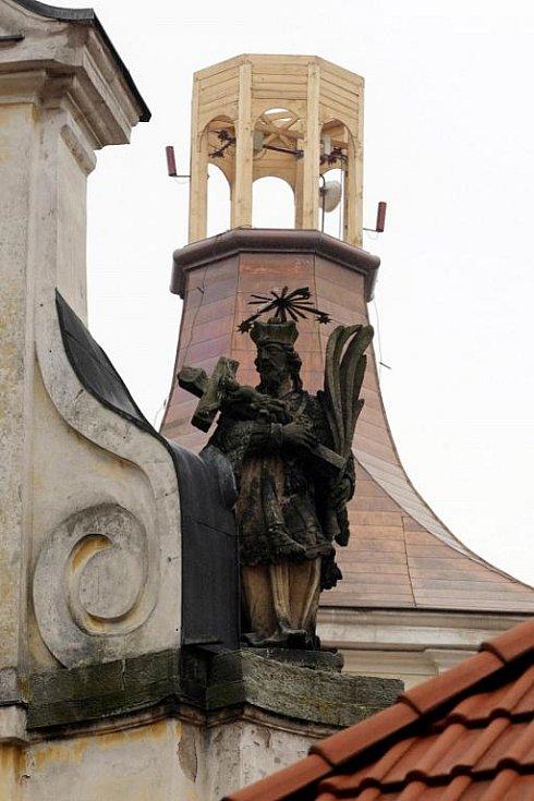 Holohlavy leží 12 kilometrů severně od Hradce Králové a 6 kilometrů jižně od Jaroměře