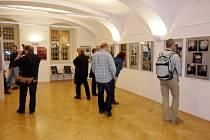 Vystavené fotografie šestadvacátého ročníku fotografické soutěže Premiéra v královéhradecké galerii Na Hradě na Velkém náměstí.