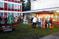 Rozsvícení vánočního stromu v zahradě hradecké MŠ Věkoše.