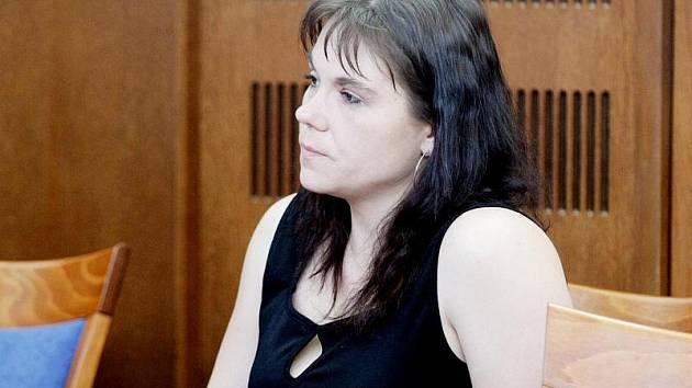 Před Krajským soudem v Hradci Králové stanula 26. dubna 2010 Věra Marková z Pardubic, která bodla nožem svého přítele při hádce. Nyní je obžalovaná z pokusu o vraždu.