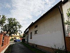 Fasáda domu třebechovického starosty je částečně opravená. Po vandalovi však zůstávají viditelné fleky.