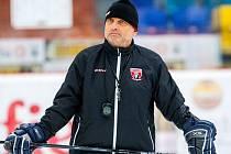 Kouč Vladimír Kýhos na tréninku extraligových hokejistů královéhradeckého týmu Mountfield HK.