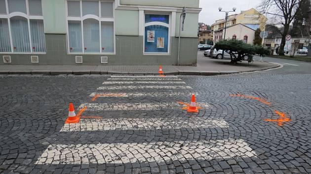 Vozidlo v Úpici porazilo chlapce na přechodu.