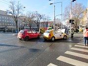 Dopravní nehoda dvou osobních automobilů na hradeckém Ulrichově náměstí.